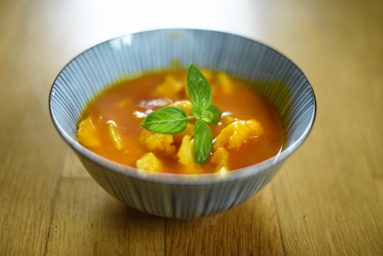 Schonkost bei Morbus Crohn: Kürbissuppe mit Blumenkohl und Huhn