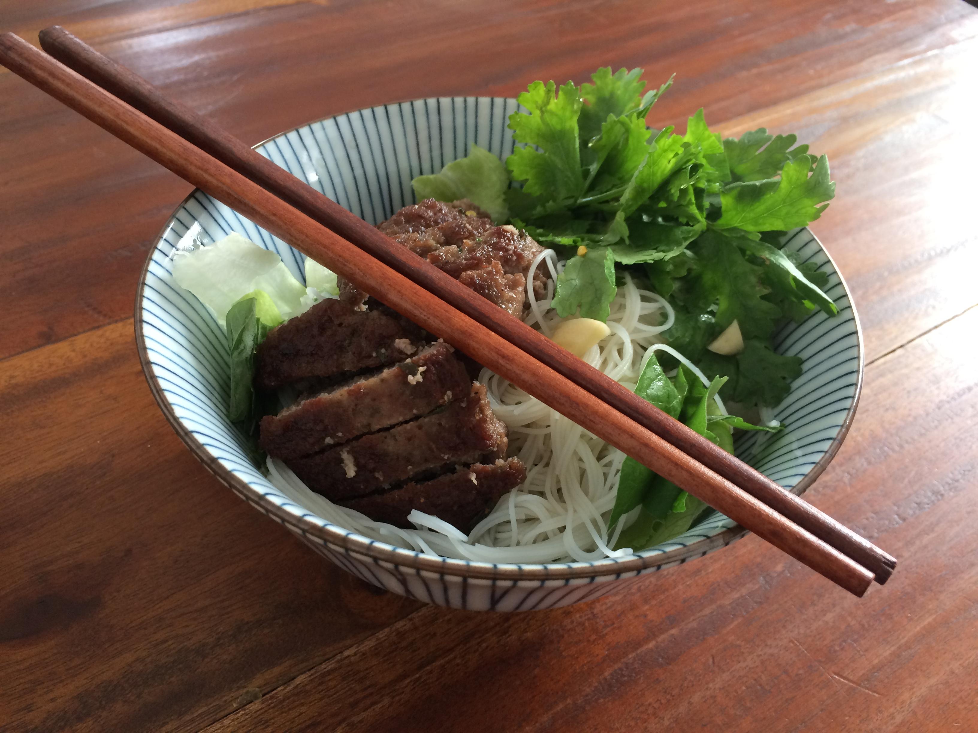 Vietnamesische Reisnudeln mit Fleischbällchen